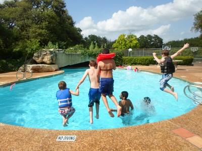 Disfrutando de la piscina en el campus de RMYA (PRNewsfoto/Roy Maas Youth Alternatives (RM)
