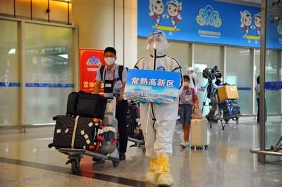 Empleados japoneses llegan al Aeropuerto Internacional de Sunan Shuofang en Wuxi, en la provincia de Jiangsu, en el este de China, a bordo de un vuelo fletado enviado por el gobierno municipal de Chuangshu el 8 de agosto. (PRNewsfoto/Xinhua Silk Road)