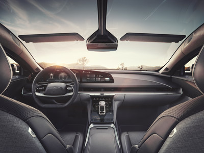 El interior del Lucid Air refleja una revolución en la manera en que las pantallas de forma libre de la próxima generación se integran elegantemente en la arquitectura del diseño de la cabina, proporcionando una forma bella y fluida de interactuar con el software del vehículo y el interfaz del usuario centrado en el ser humano. (PRNewsfoto/Lucid Motors)