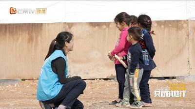 Zhao Yating de ACNUR se comunica con los niños refugiados en Jordania. (PRNewsfoto/Mango TV)