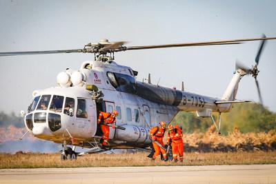 La tripulación que participó en el simulacro de rescate en emergencia por incendio aeronáutico desciende desde un helicóptero Mi-171 a la escena del fuego. (PRNewsfoto/The Publicity Department of Shenyang Municipality)