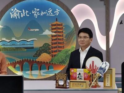 Tan Qing, presidente del distrito de Yubei en la municipalidad de Chongqing, al sudoeste de China, promueve su turismo cultural a través de una plataforma en línea de transmisión en vivo. (PRNewsfoto/Xinhua Silk Road)