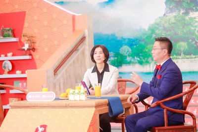 Huang Zuying, head of Zhongxian County, is promoting the local cultural tourism to netizens via live streaming, Monday.