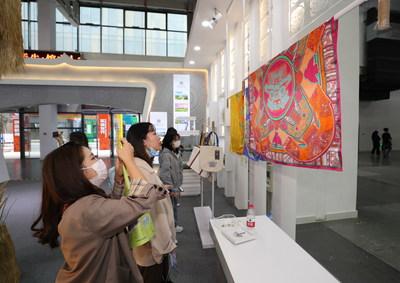 Visitantes en la 14.° Exposición Cultural y de la Industria Creativa de Hangzhou (PRNewsfoto/Hangzhou Cultural & Creative Industry Expo Organizing Committee Office)