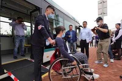 La función lateral para arrodillarse y la rampa para silla de ruedas de ECA hacen que para los pasajeros en silla de ruedas sea más fácil subir y bajar de un autobús (PRNewsfoto/Shanghai Sunwin Bus Corporation)